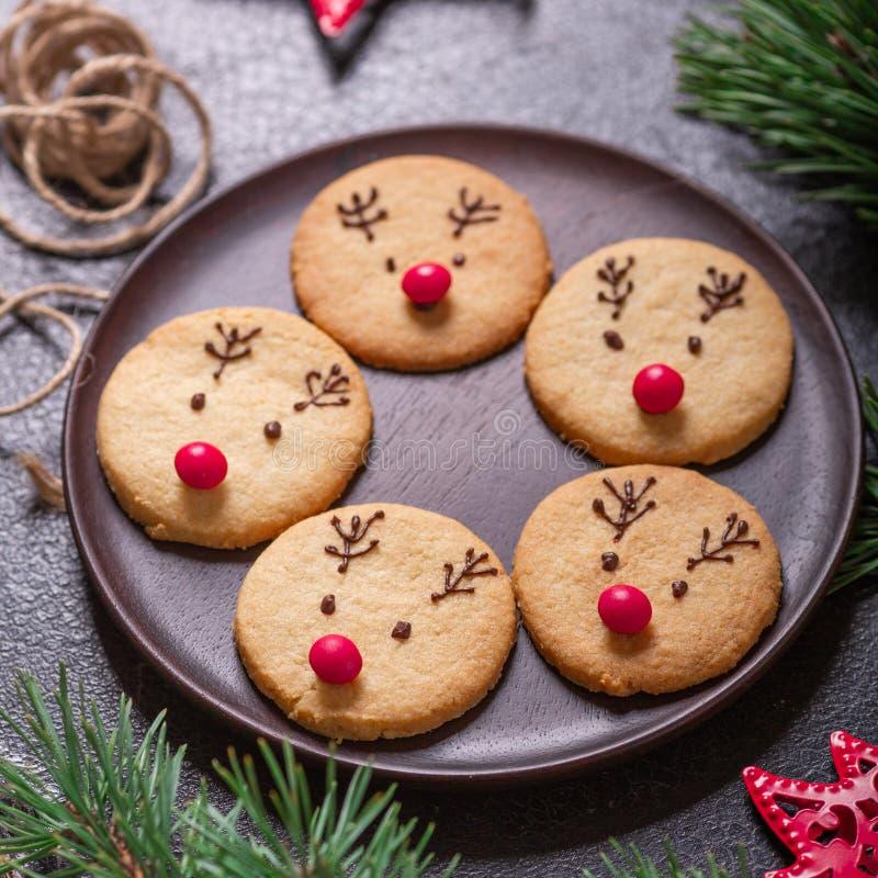 Eigengemaakte hertenkoekjes verfraaide chocolade en rode suikergoed Zachte nadruk stock fotografie