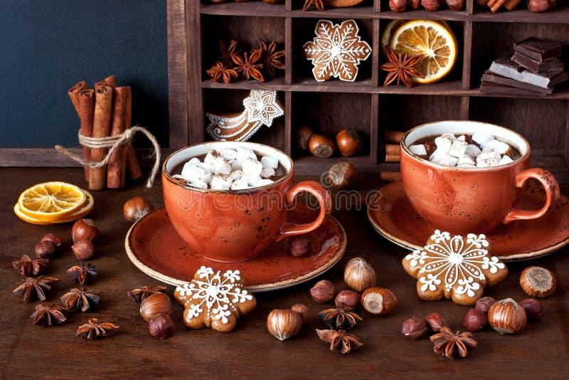 Eigengemaakte hete chocolade in mokken met heemst royalty-vrije stock afbeelding