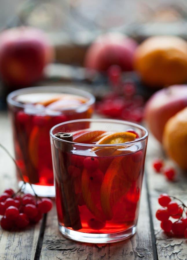 Eigengemaakte Hete Heerlijke Rode Sangria met Bessen, Sinaasappelen, Kruiden en Appelen Overwogen wijn of stempel royalty-vrije stock foto's