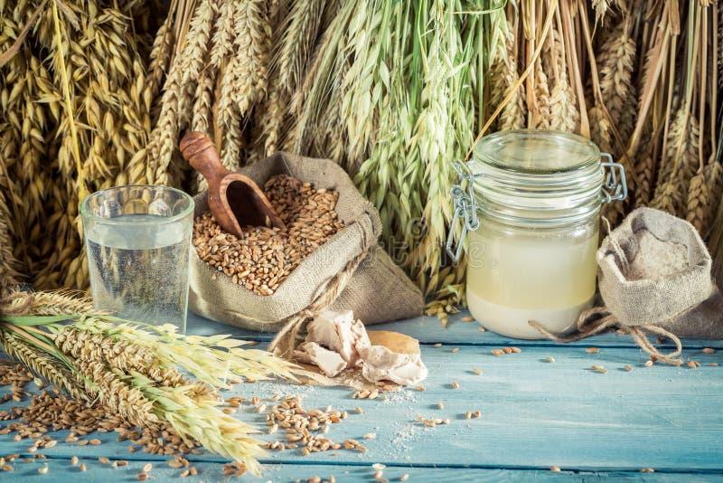 Eigengemaakte ingrediënten voor brood en broodjes met gehele korrels royalty-vrije stock fotografie