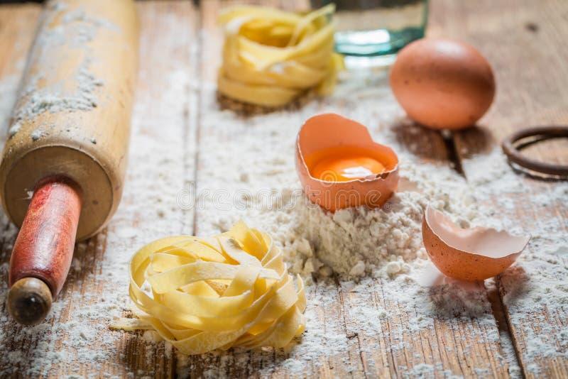 Eigengemaakte ingrediënten voor deegwaren met bloem en eieren royalty-vrije stock foto's