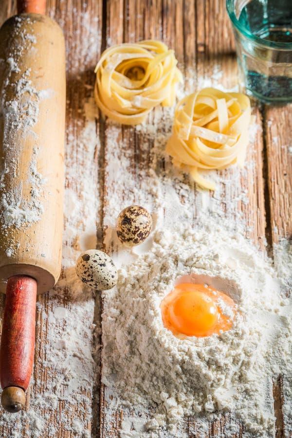 Eigengemaakte ingrediënten voor deegwaren met eieren en bloem royalty-vrije stock foto's