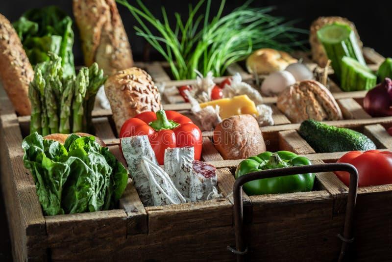 Eigengemaakte ingrediënten voor sandwich met kaas, tomaat en radijs royalty-vrije stock foto's