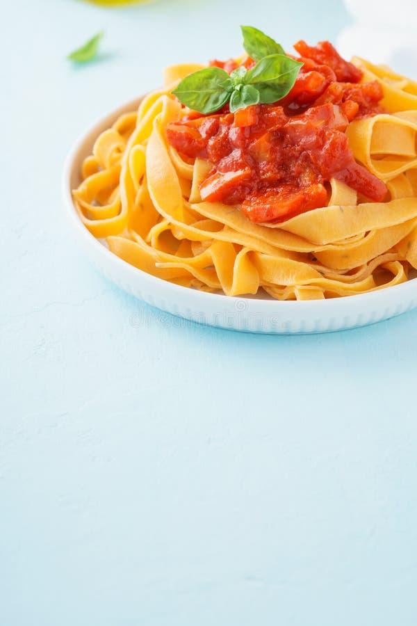 Eigengemaakte Italiaanse deegwaren met tomatensaus en rode groene paprika's royalty-vrije stock fotografie