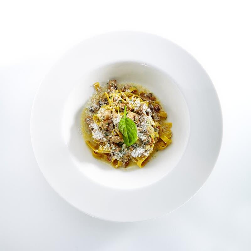 Eigengemaakte Italiaanse Tagliatelle met Paddestoelhutspot en Truffels ISO stock foto