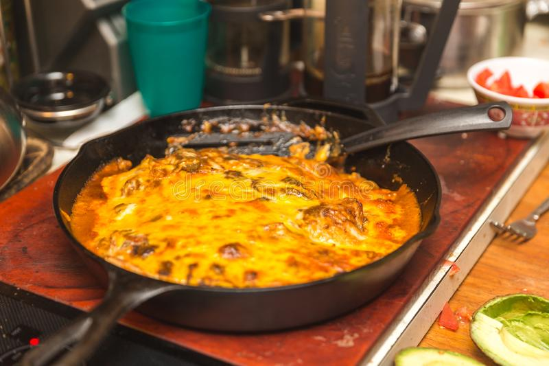 Eigengemaakte Kaas Enchiladas in Gietijzerpan stock fotografie