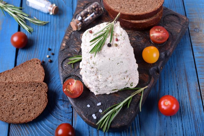 Eigengemaakte kaas met groen en kruiden op de raad royalty-vrije stock afbeeldingen
