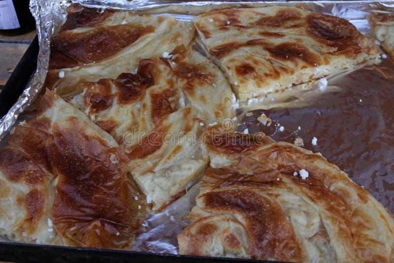 """Eigengemaakte kaas pastei†""""banitsa De verse gebakken traditionele witte pastei van de pekelkaas Met de hand gemaakt gekneed dee stock afbeelding"""