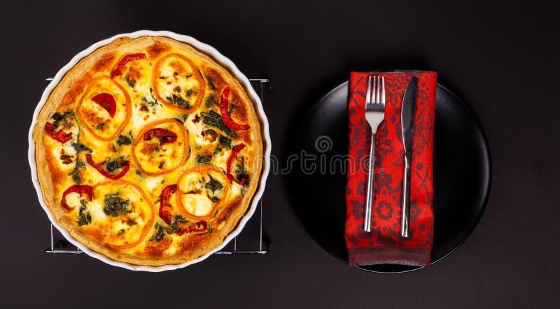 Eigengemaakte kaasachtige eiquiche voor Brunch met spinazie en peper stock foto's