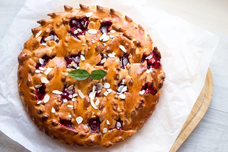 Eigengemaakte Kersenpastei met amandel stock foto