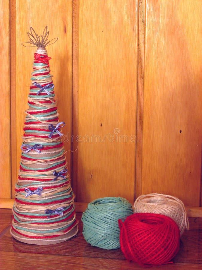 Eigengemaakte Kerstboom Hulpmiddelen en materialen om het ambachtswerk voor Kerstmis te doen stock fotografie