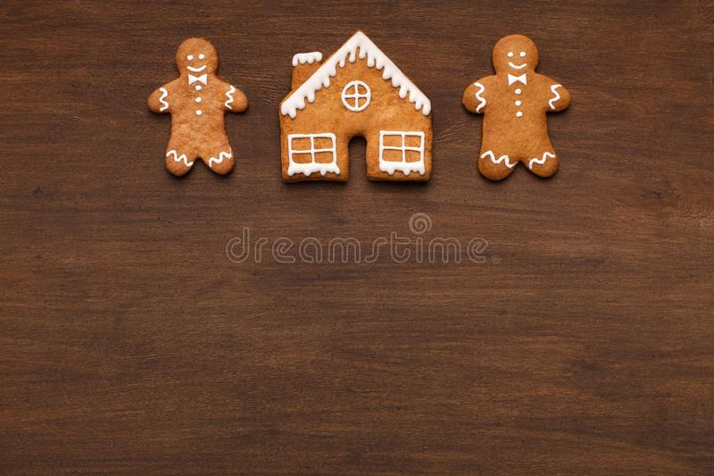 Eigengemaakte Kerstmis gingermen en huisvest, kopieert ruimte stock foto