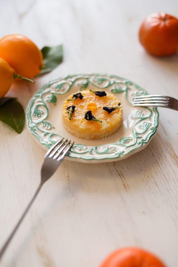 Eigengemaakte kleine citroenpastei met verse vruchten op witte achtergrond royalty-vrije stock afbeelding