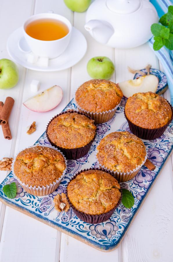 Eigengemaakte knapperige appelmuffins met okkernoten en kaneel royalty-vrije stock foto's