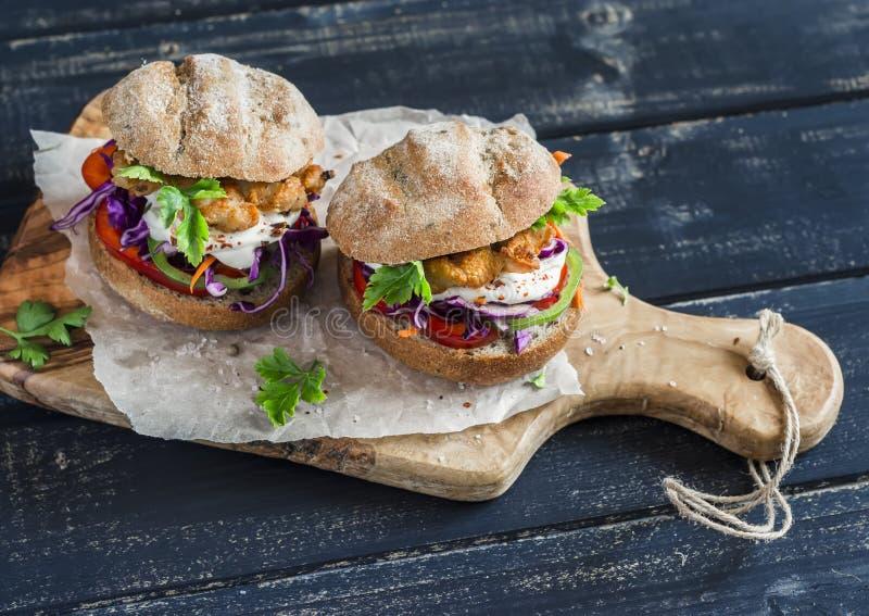 Eigengemaakte knapperige vissenhamburger stock foto