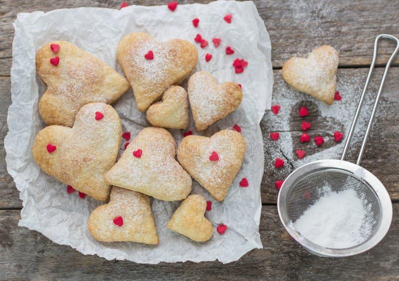 Eigengemaakte koekjes in de vorm van harten royalty-vrije stock afbeeldingen