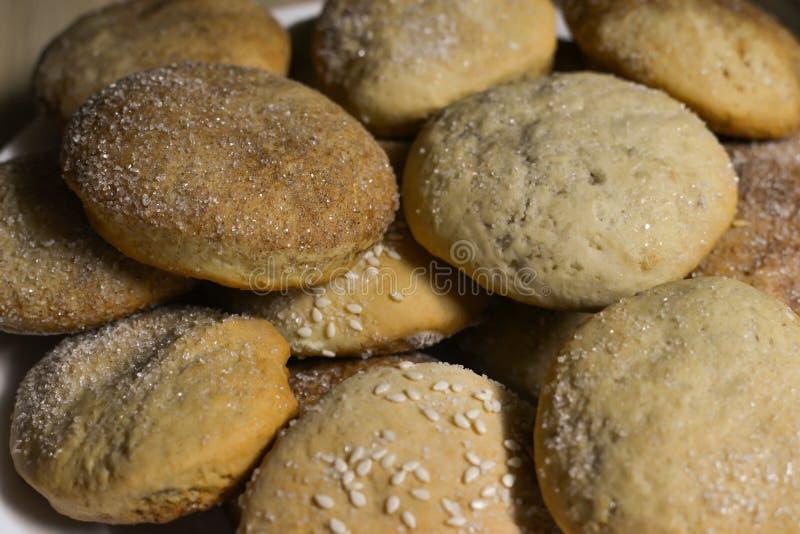 Eigengemaakte koekjes met suiker, kaneel en sesam stock foto