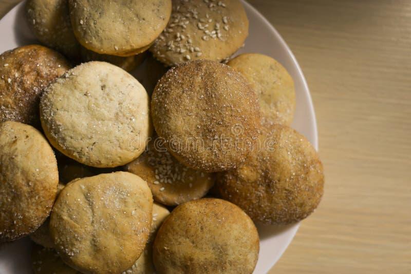 Eigengemaakte koekjes met suiker, kaneel en sesam royalty-vrije stock afbeeldingen