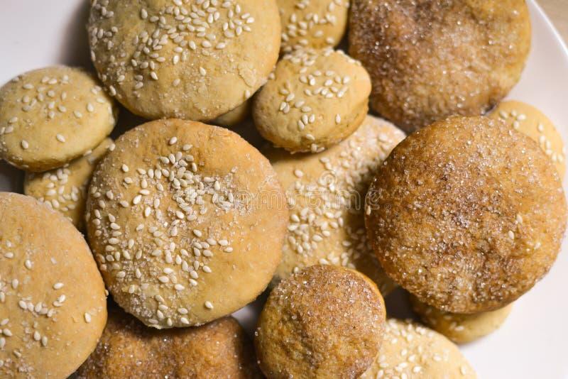 Eigengemaakte koekjes met suiker, kaneel en sesam royalty-vrije stock afbeelding