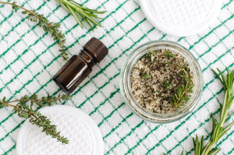 Eigengemaakte kruiden schrobt voet doorweekt of badzout met rozemarijn, thyme, overzees zout, olijfolie en etherische oliën stock foto