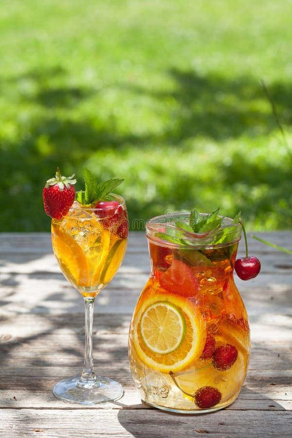 Eigengemaakte limonade of sangria stock fotografie