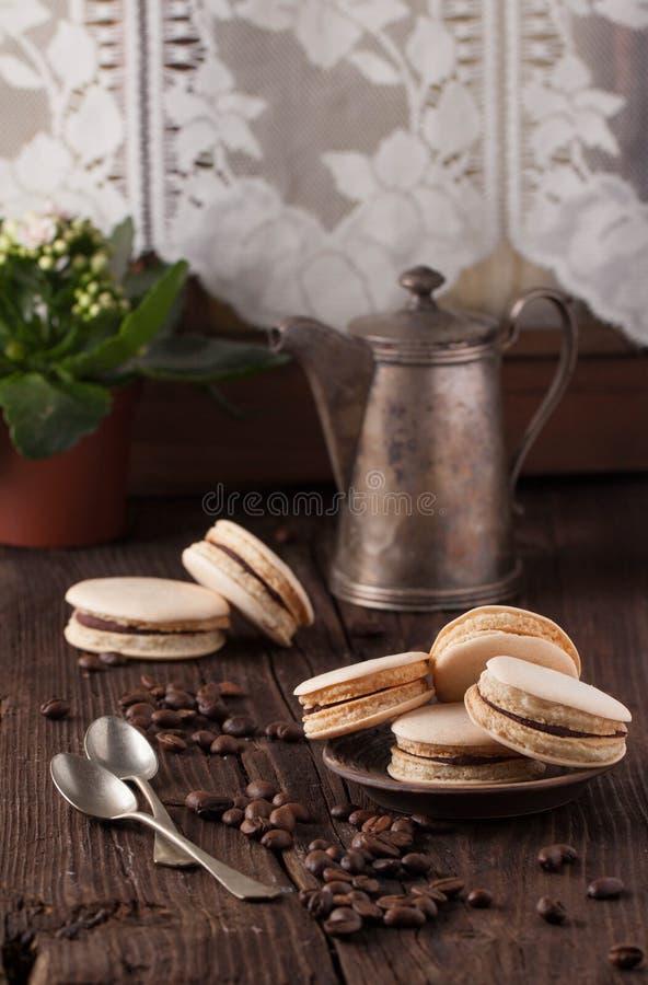 Eigengemaakte makarons op plaat stock fotografie