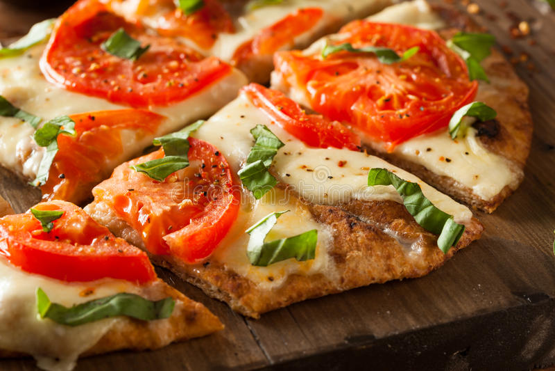 Eigengemaakte Margarita Flatbread Pizza royalty-vrije stock foto