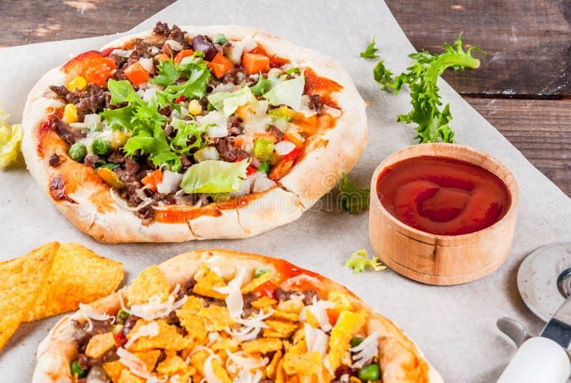 Eigengemaakte Mexicaanse Tacopizza stock foto