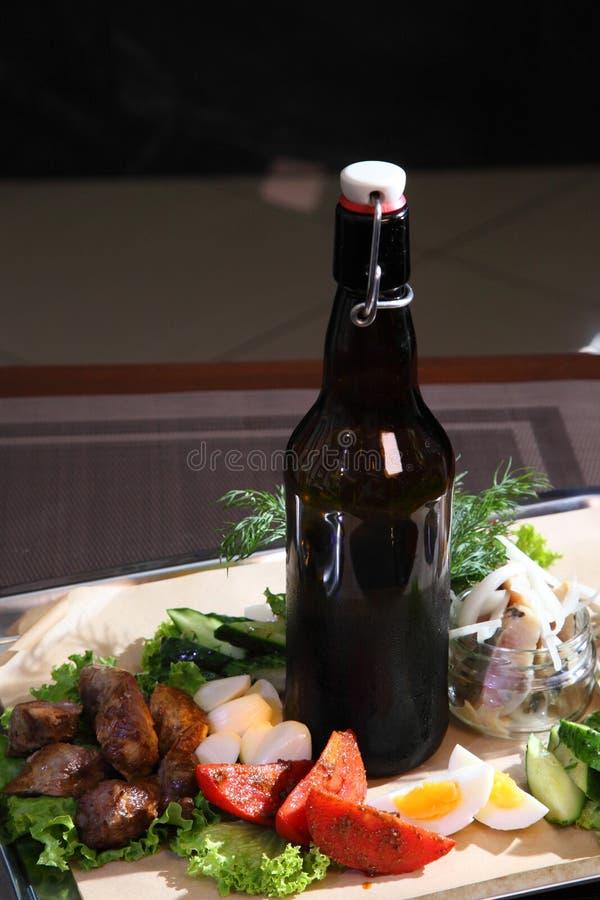 Eigengemaakte mierikswortelwodka met traditionele snack royalty-vrije stock foto's