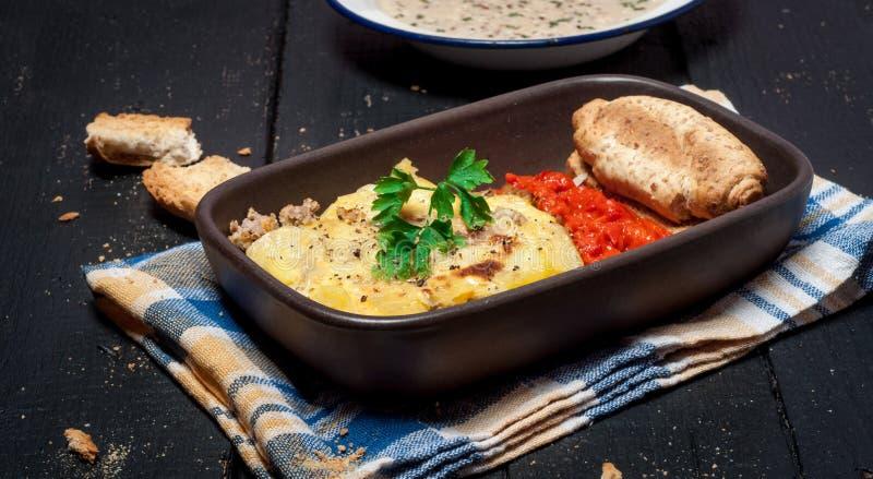 Eigengemaakte Moussaka diende met het brood en het chutney van de paddestoelvissoep (Oosteuropese keuken) royalty-vrije stock afbeelding