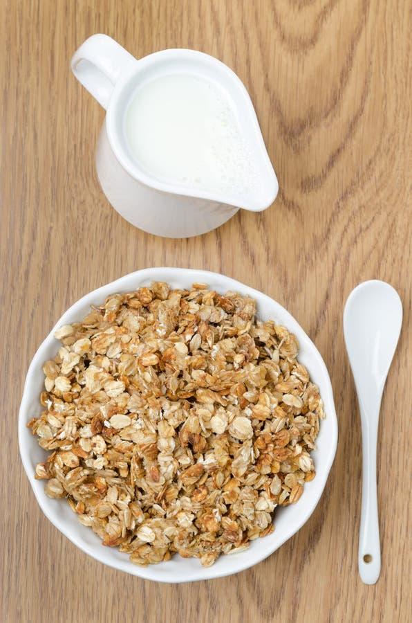 Eigengemaakte muesli en een kruik melk voor ontbijt hoogste mening royalty-vrije stock afbeeldingen