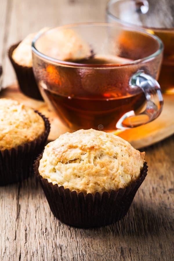 Eigengemaakte muffins en hete thee royalty-vrije stock fotografie