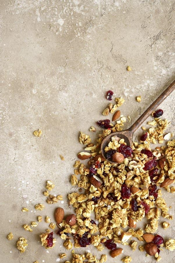 Eigengemaakte multicereal die granola op een leilijst wordt verspreid Hoogste mening stock fotografie