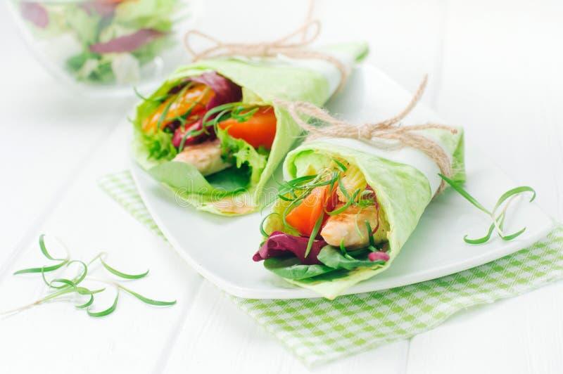 Eigengemaakte omslagsandwiches met basilic, kip, groenten en spinaziespruiten royalty-vrije stock fotografie