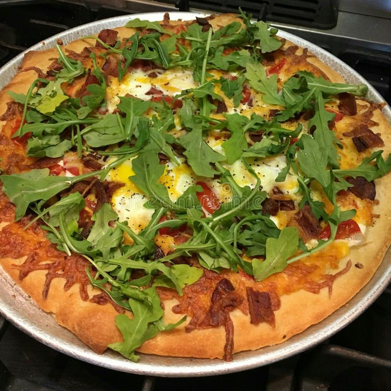 Eigengemaakte Ontbijtpizza royalty-vrije stock afbeeldingen