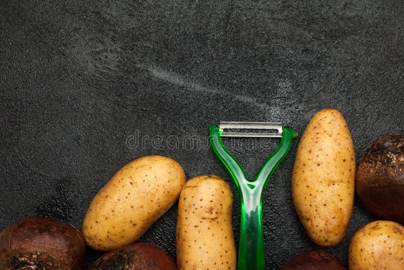 Eigengemaakte organische groenten en plantaardige schillen stock afbeelding