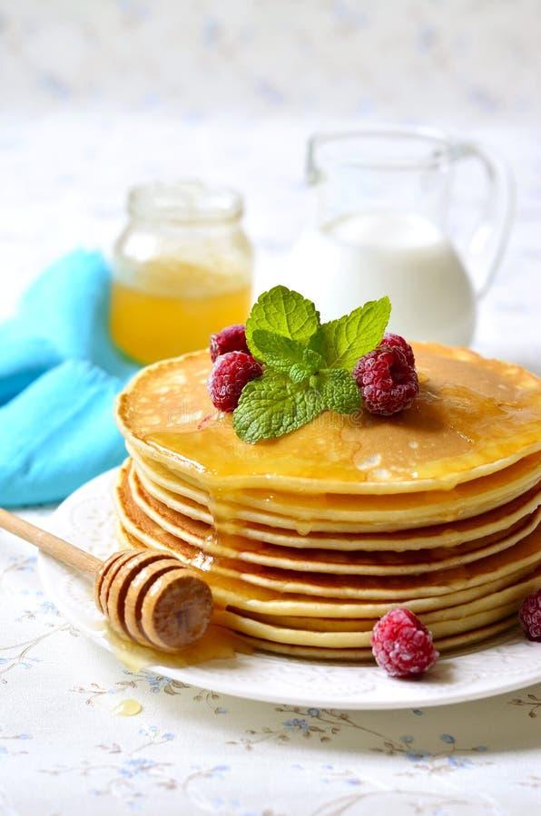 Eigengemaakte pannekoeken met honing en framboos royalty-vrije stock fotografie