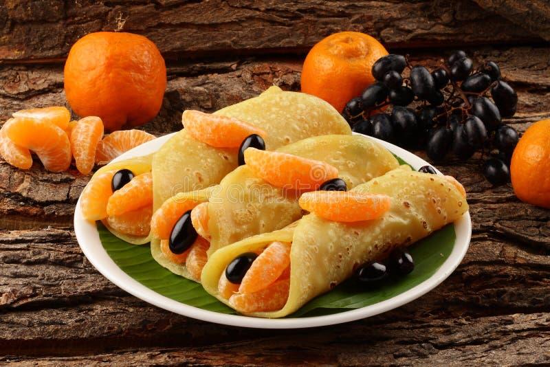 Eigengemaakte Pannekoeken met verse organische vruchten en honing royalty-vrije stock afbeelding