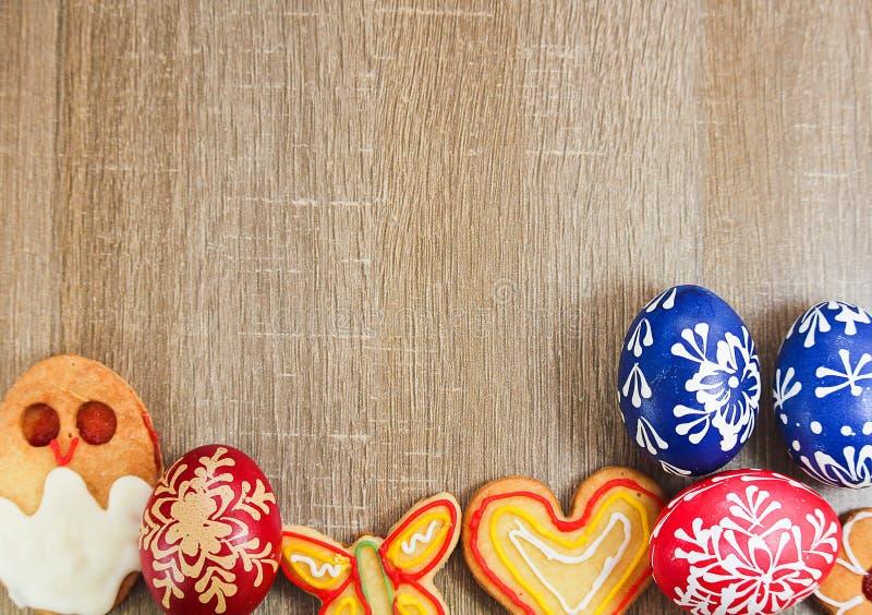 Eigengemaakte Pasen-banketbakkerijsuiker met geschilderde eieren op houten bedelaars royalty-vrije stock foto's