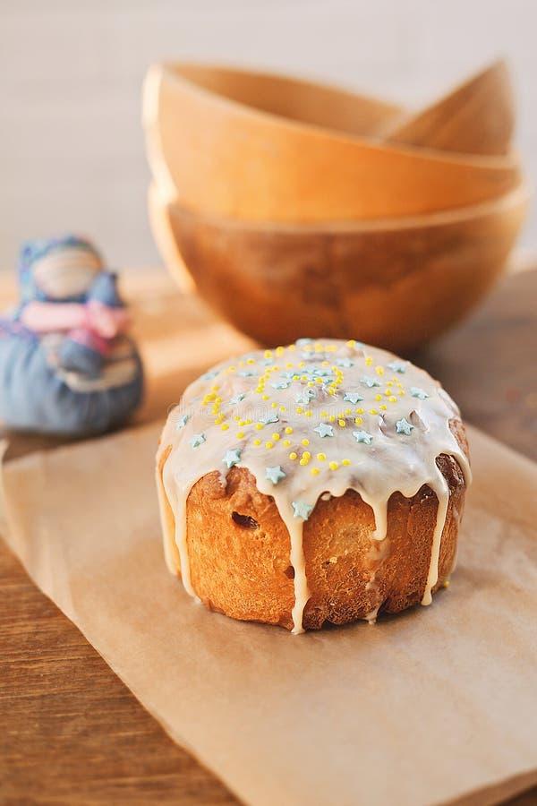 Eigengemaakte Pasen-cake kulich op lijst verfraaid wit suikerglazuur Zachte nadruk stock foto's