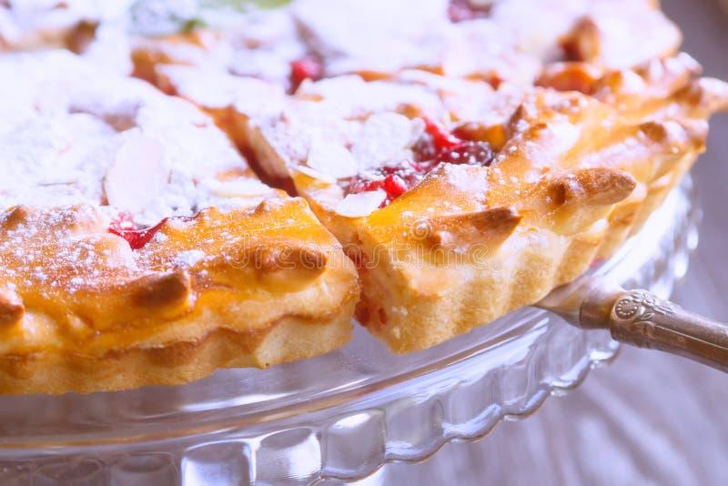 Eigengemaakte pastei kers-Apple met amandel stock afbeeldingen