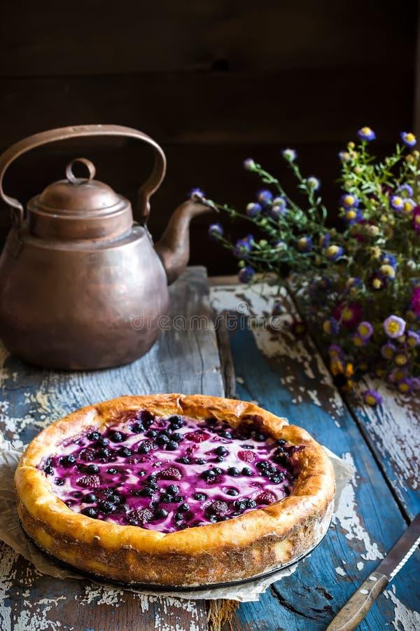 Eigengemaakte pastei met bosbes op oude houten lijst royalty-vrije stock foto's