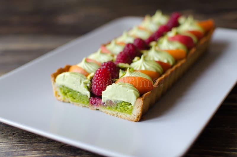 Eigengemaakte pistache scherp met verse frambozen en abrikoos stock afbeeldingen