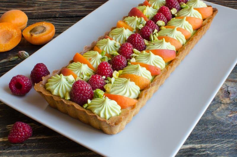 Eigengemaakte pistache scherp met verse frambozen en abrikoos royalty-vrije stock afbeelding