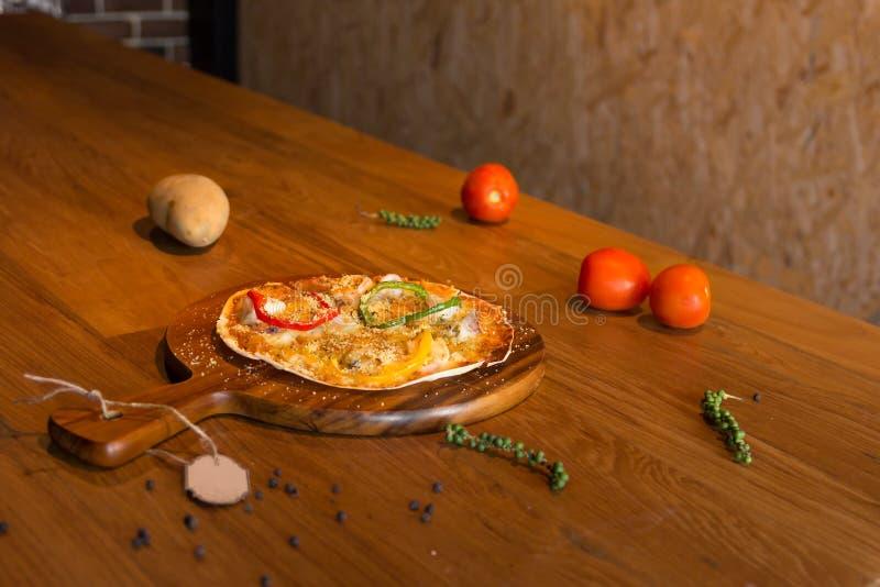Eigengemaakte pizza stock afbeeldingen