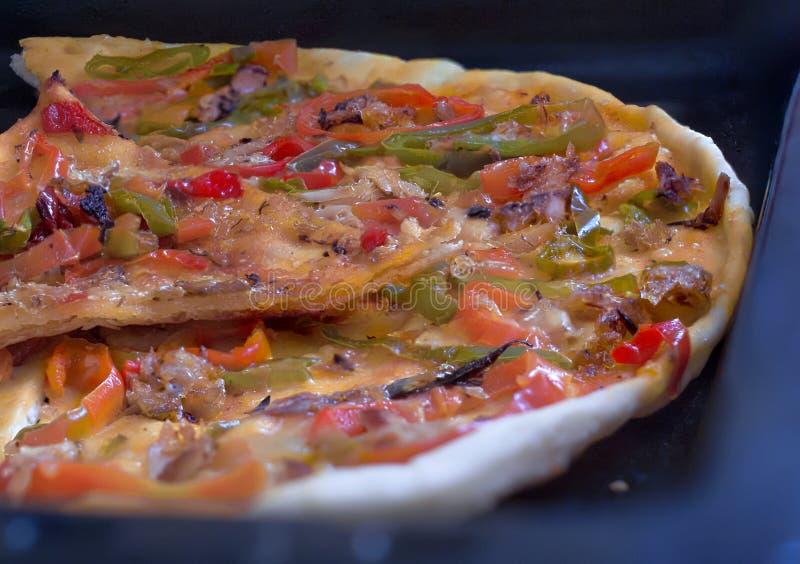 Eigengemaakte pizza die met groenten wordt gekookt stock afbeelding