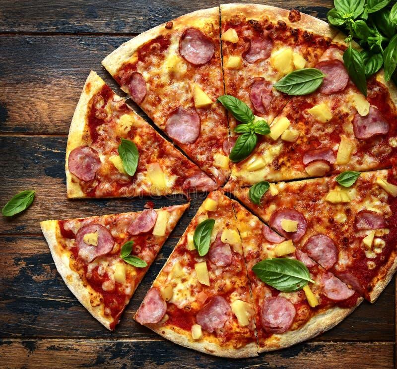 Eigengemaakte pizza Hawaiiaan met ham en ananas Hoogste mening met cop stock afbeeldingen