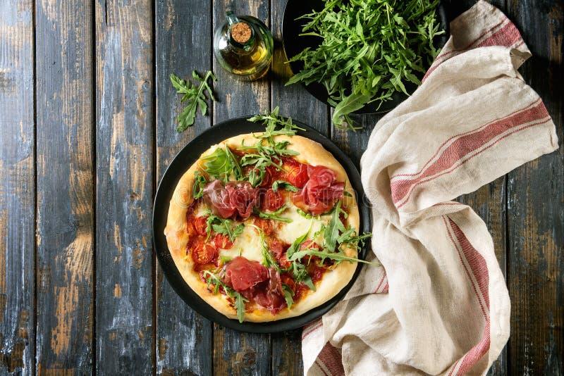 Eigengemaakte pizza met bresaola stock foto's