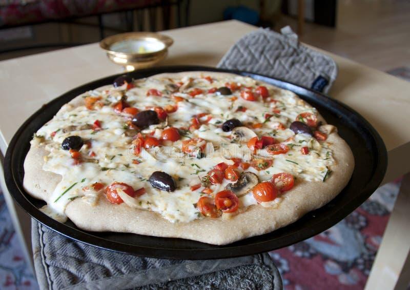 Eigengemaakte pizza op bakselpan stock foto's