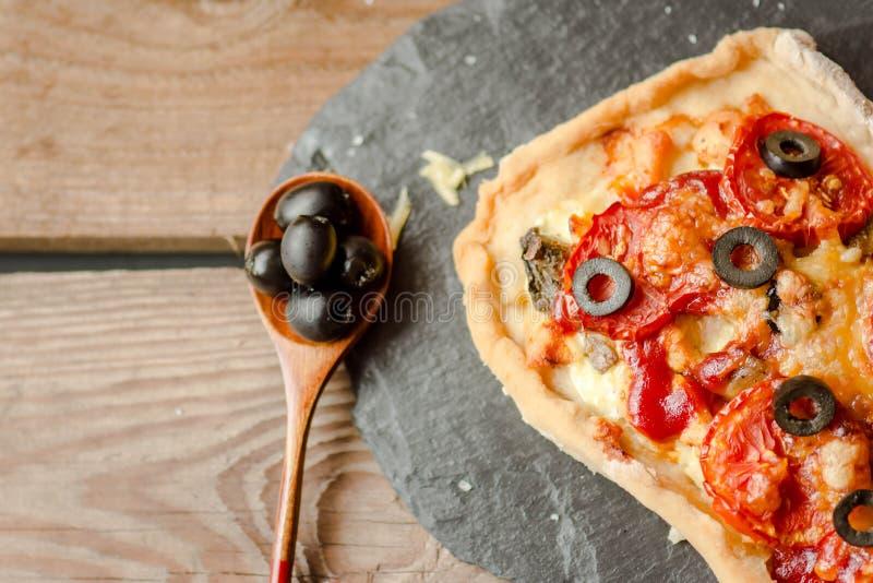 Eigengemaakte pizza op een houten achtergrond royalty-vrije stock foto's